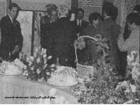 الدكتور اكرم نشات ابراهيم يصافح الملك الحسن الثاني ملك المغرب