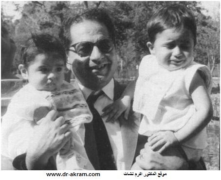 الدكتور اكرم نشات يحتضن ولديه علي بيساره وحسن بيمينه في القاهرة – 1961