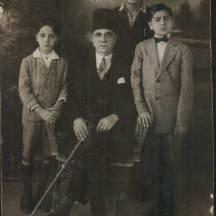 نشات بك ابراهيم في الوسط وعلى يساره الدكتور اكرم وعلى يمينه الاستاذ ابراهيم شقيق الدكتور اكرم