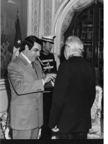 تقليد الدكتور اكرم نشات ابراهيم وسام الجمهورية من الصنف الاول من قبل الرئيس التونسي زين العابدين بن علي سنة 1992