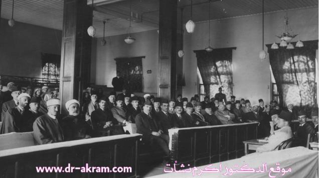 أول مجلس نواب في العراق (1925) و نشأت بك ابراهيم (والد المؤلف) النائب الثاني لرئيس المجلس جالس في الصف الثالث بجوار العمود الايسر بالقاعة