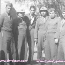 الدكتور اكرم نشات ابراهيم الثالث من اليسار وعبدالرحمن عارف الاول على اليسار في الكلية العسكرية