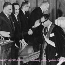 تسلم شهادة الدكتوراة من الرئيس المصري جمال عبدالناصر والرئيس العراقي عبدالرحمن عارف