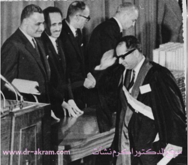 الدكتور اكرم نشات يتسلم شهادة الدكتوراه وجائزة عيد العلم من الرئيس جمال عبد الناصر وبجانبه الرئيس عبد الرحمن محمد عارف – 6/2/1967