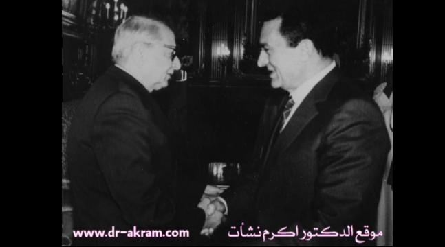 الرئيس المصري محمد حسني مبارك  عند استقباله الدكتور  اكرم نشات ابراهيم  .1989 القاهرة