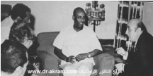 الرئيس الصومالي محمد سياد بري وعلى يساره السيد اسعد الأسعد وعلى يمينه الثاني في الوسط الدكتور اكرم نشات ابراهيم