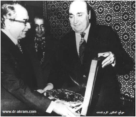 السيد اسعد الاسعد الأمين العام المساعد لجامعة الدول العربية يقدم هدية تذكارية للدكتور اكرم نشات